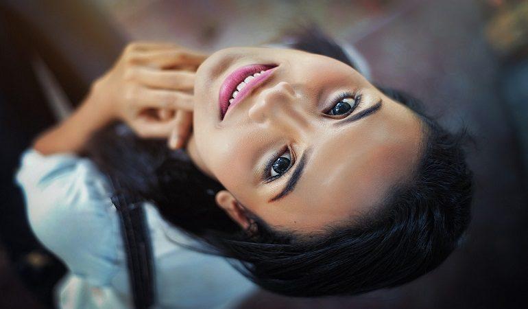 Sau khi gỡ lớp thuốc ra, gương mặt cô gái đẹp tuyệt trần